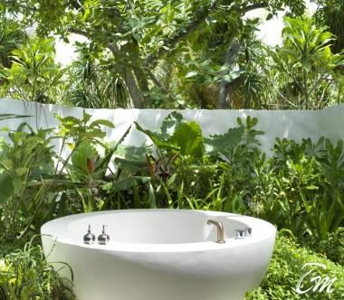 Fairmont Maldives - Sirru Fen Fushi Deluxe Beach Sunrise Villa -outdoor bathtub